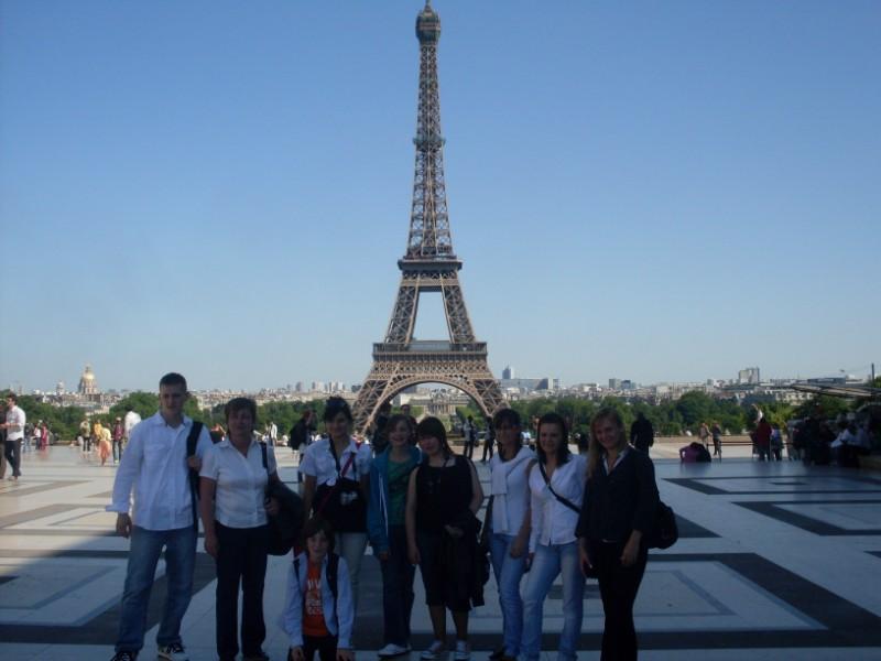 015. Jeunes polonais devant la Tour Eiffel