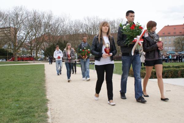 08. Marche vers le monument de Jean Paul II