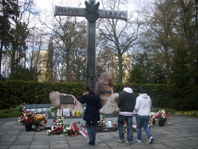 30. Pour rendre hommage a toutes les victimes de Katyn celles de hier et daujourdhui